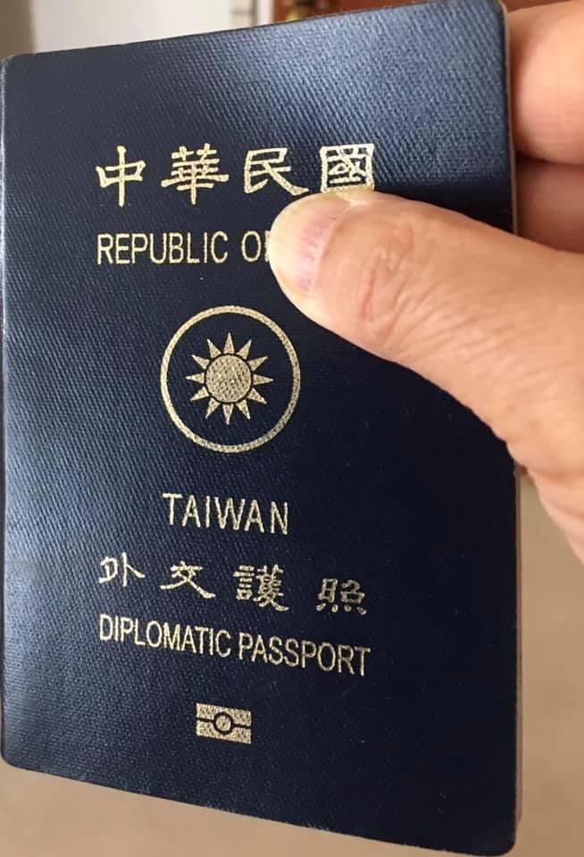 謝志偉說,先前使用現行護照有過幾次不愉快的經驗,因此出示護照時,都盡量用手指遮住封面上的「China」。(圖取自謝志偉臉書)