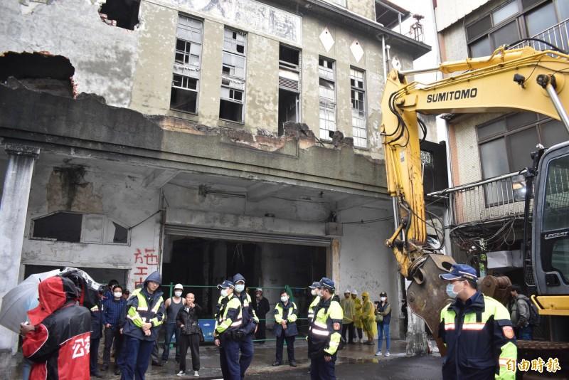 中市文史資產天外天劇場,包商機具進駐拆除,與文史團體對峙中。(記者張瑞楨攝)