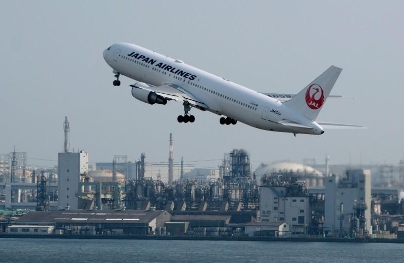 外交部今表示,有12位旅居印度僑胞搭乘日航離開印度,今(2)清晨抵達東京,並將分批轉機回國。圖為日本航空示意圖。(法新社)