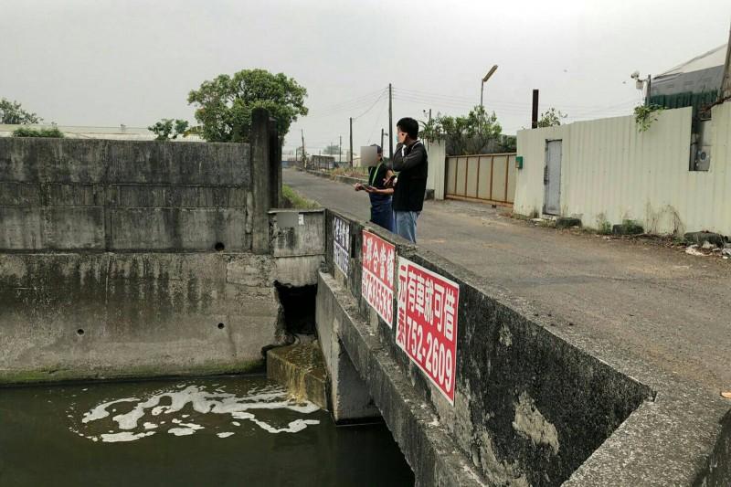 稽查不放假,屏縣查獲4家水污違規。(屏東縣環保局提供)