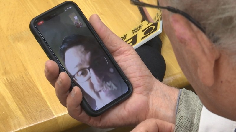 呂若瑟透過手機與義大利靈醫會總會秘書長視訊。(記者江志雄翻攝)