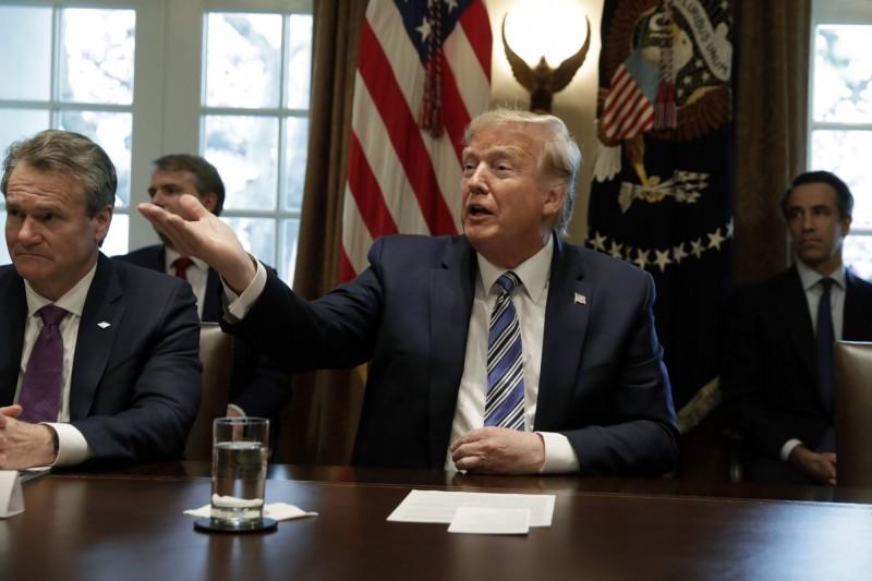 圖為3月11日,美國總統川普曾在白宮就武漢肺炎疫情問題與金融業高階主管開會情況。(彭博)