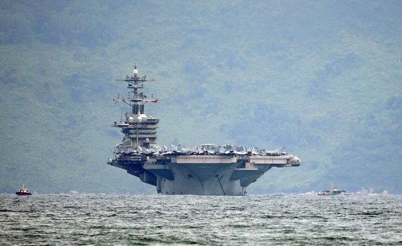 「羅斯福號」原先可能依循「鑽石公主號」模式在海上隔離,不過艦長克羅齊爾致函海軍部求援,如今也允許船員分批下船至關島隔離。(歐新社)