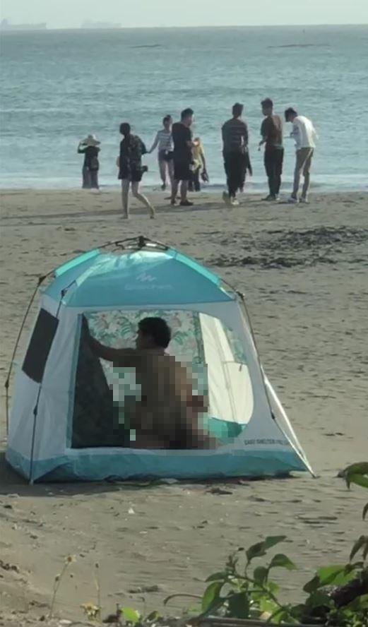 先前有對男女在台南漁光島沙灘,公然在帳篷內「激情一下」。(圖擷自爆廢公社)