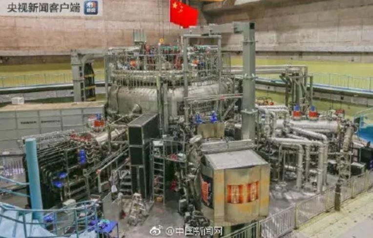 中國「人造太陽」最終目標是要藉由超高溫度、超高壓力,引發海水中大量存在的氘和氚引發核融合反應。(圖取自中國央視)