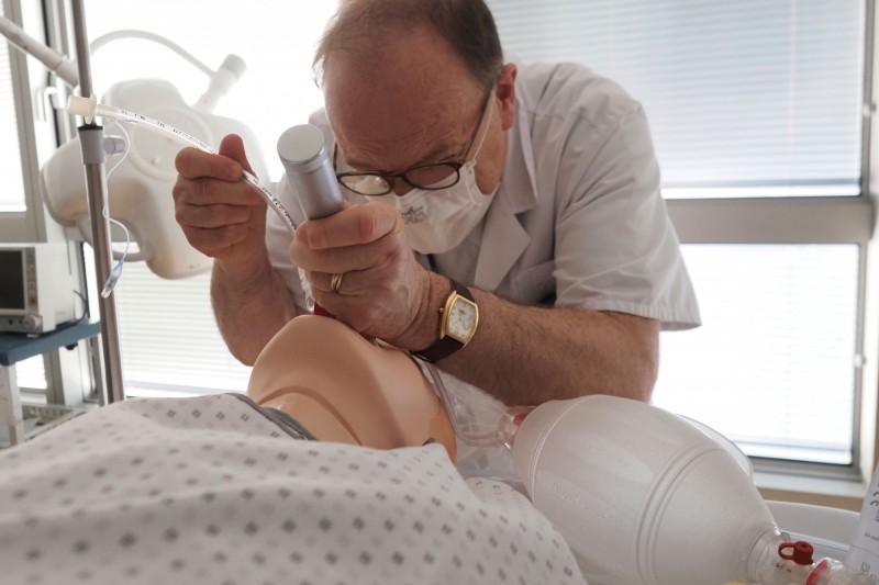 護理人員短缺,醫生也加入護理培訓的行列,以舒緩吃緊的人力。(法新社)