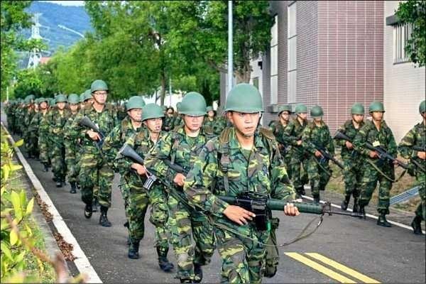國防部強化後備軍人訓練,今年將列入「行軍」與「宿營」訓練項目。(圖:擷取自國防部後備指揮部臉書)