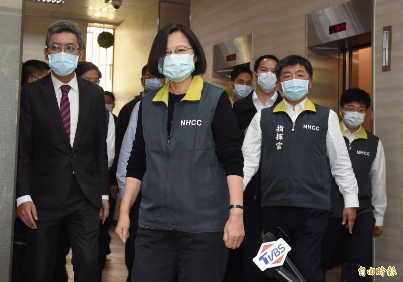 總統蔡英文2日配戴口罩前往中央流行疫情指揮中心視察。(記者劉信德攝)