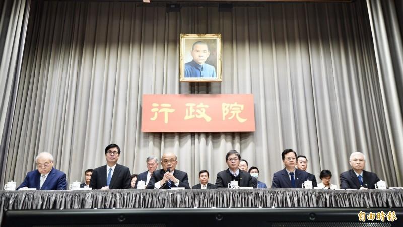 行政院長蘇貞昌會後親自召開記者會宣布,特別準備用1兆500億元預算救台灣,幫大家度過難關。(記者羅沛德攝)