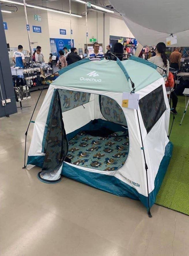 原PO貼出逛街發現的帳篷,與先前漁光島「四腳獸」事件的非常相像。(圖擷自爆廢公社)
