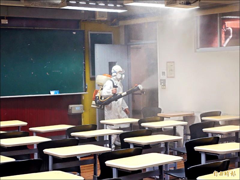 台灣師範大學趁清明連假展開全校大消毒。(記者吳柏軒攝)
