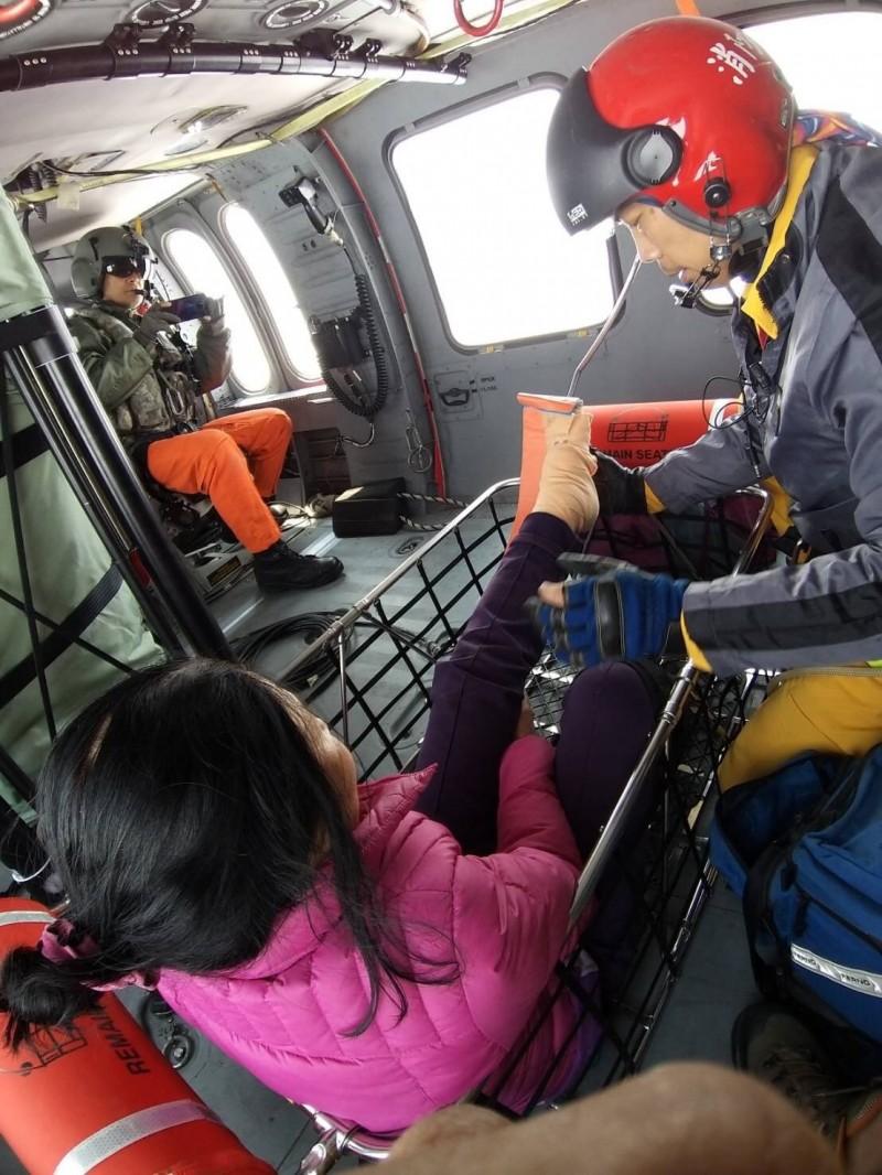 賴姓女登山客(左)攀台灣百島喀西帕南山骨折,黑鷹直升機救援。(記者黃明堂翻攝)