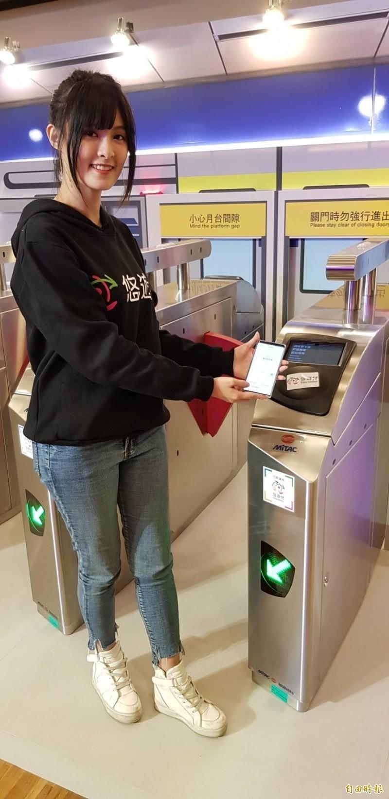 悠遊卡公司透過正妹示範如何使用悠遊付。(悠遊卡公司提供)