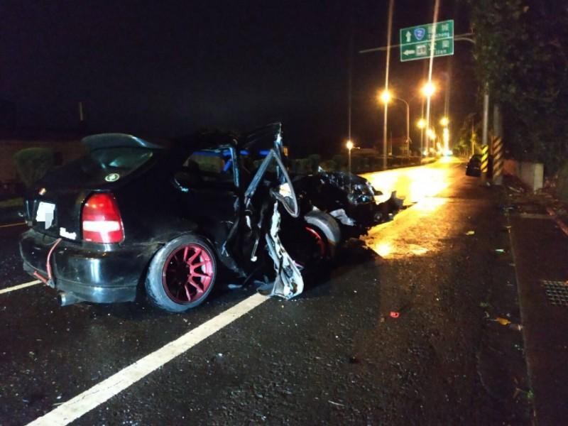 宜蘭縣壯圍鄉台2線壯濱路4段3日晚間有輛改裝轎車撞電桿,車輛幾乎全毀,釀成1死重傷2。(記者張議晨翻攝)。(記者張議晨翻攝)