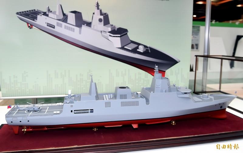 海軍新一代飛彈巡防艦的執行進度嚴重落後,去年僅有2.58%,近乎停擺。圖為「2017台北國際航太暨國防工業展」時,軍方展示的新一代飛彈巡防艦模型及示意圖。(資料照片)
