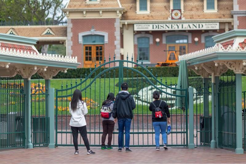 迪士尼受到武漢肺炎疫情的打擊,全球主題公園都已關閉,並宣布所有非必要員工將從19日開始放無薪假。(法新社)