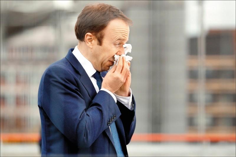 英衛生大臣韓考克先前確診,結束隔離於三日出席啟用典禮時,仍當眾打噴嚏,令旁人捏把冷汗。(法新社)