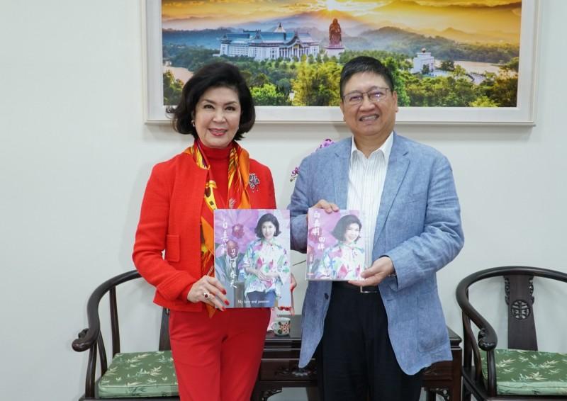 有「最美主持人」美名的資深藝人白嘉莉(左)將於10月在新竹縣舉辦個人畫展,她日前先行拜訪縣長楊文科(右)並致贈個人畫冊。(新竹縣政府提供)
