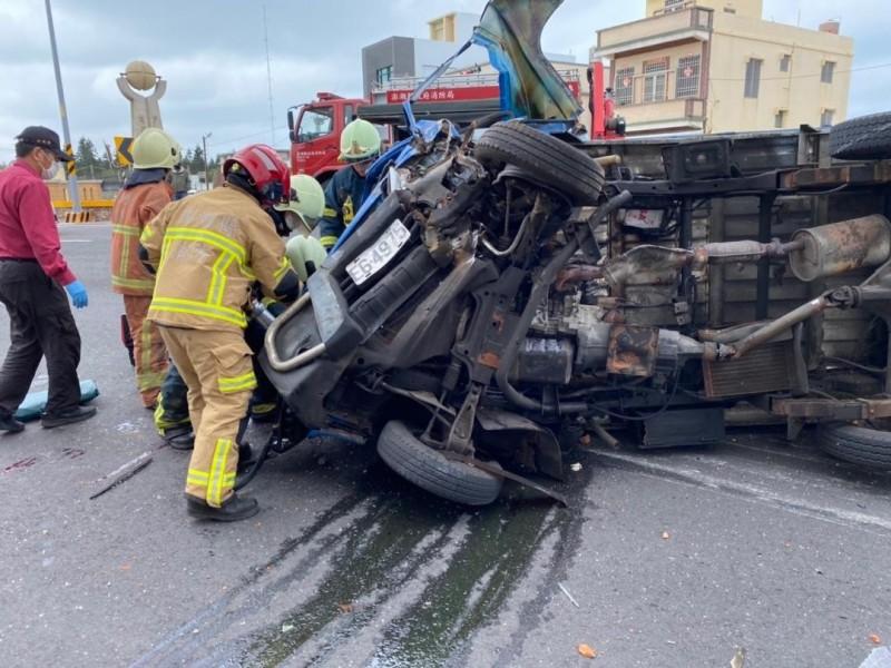 小貨車自撞民宅後翻覆,車輛嚴重扭曲變形。(澎湖縣消防局提供