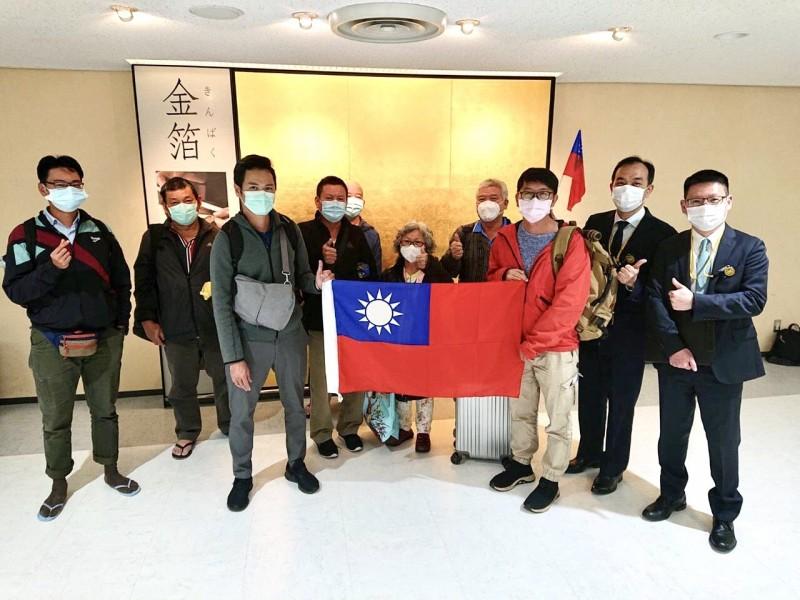經日方與我駐外館處多方協調,8名滯留斐濟的國人於4日經東京轉機返台(外交部提供)