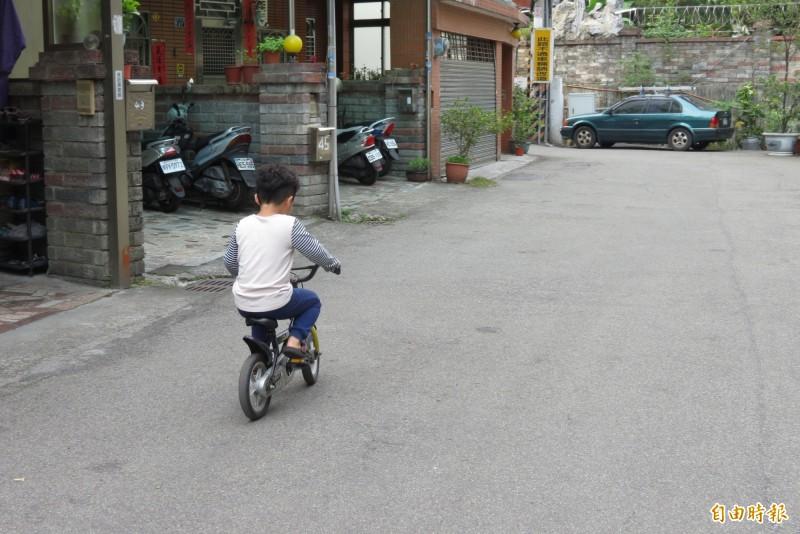 昨天被酒測的小男童,表示酒測不害怕,今天仍開心跟鄰居小朋友玩。(記者蘇金鳳攝)