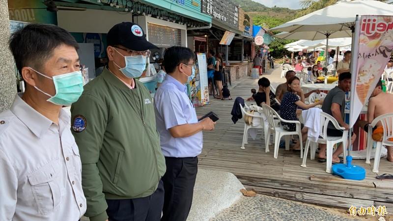 徐國勇墾丁視察錄音宣導,驚訝外國遊客大多不戴口罩。(記者蔡宗憲攝)