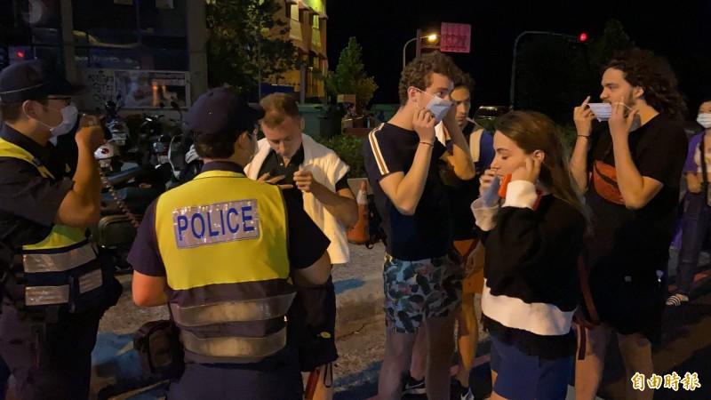 警方大動作「臨檢口罩」,未配戴的外籍客則發放。(記者蔡宗憲攝)
