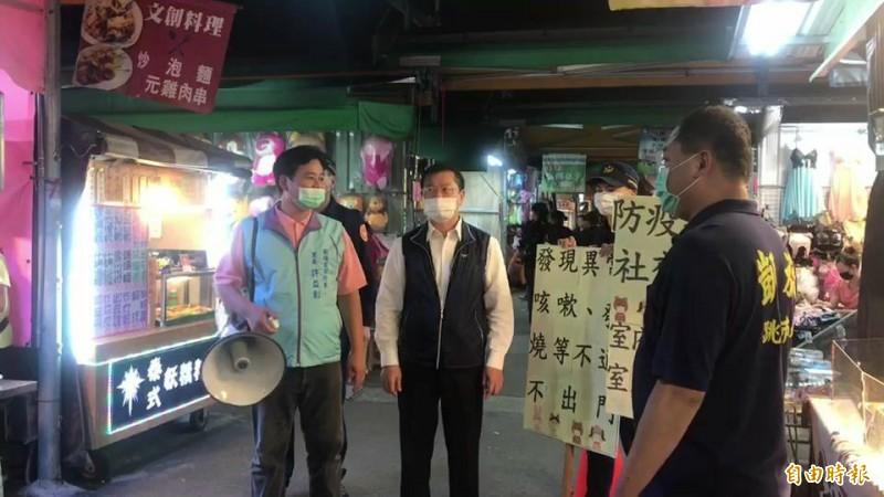 高雄市警局長李永癸(中)進夜市宣導防疫觀念。(記者黃旭磊攝)