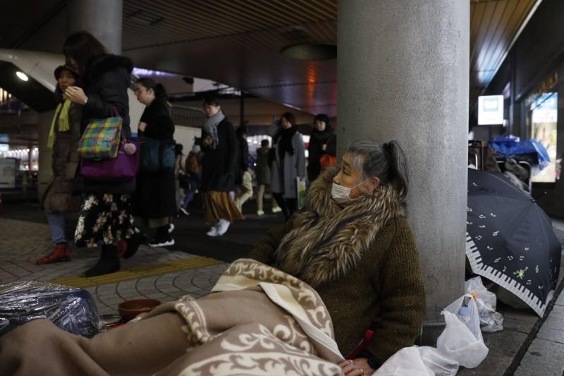 日本部分援助街友的非營利組織停止供餐,導致街友們面臨斷糧,也因缺乏防疫物資,有街友只能撿地上的口罩清洗後重複使用。圖為日本街友示意圖,與當事新聞無關。(美聯社)
