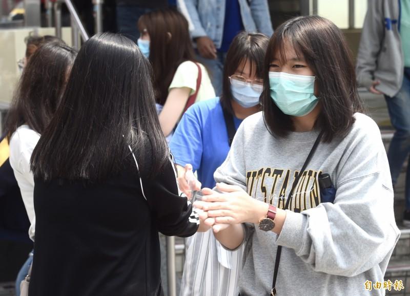 武漢肺炎疫情持續延燒,民眾在外紛紛配戴口罩、勤消毒就怕染上病毒。(資料照)
