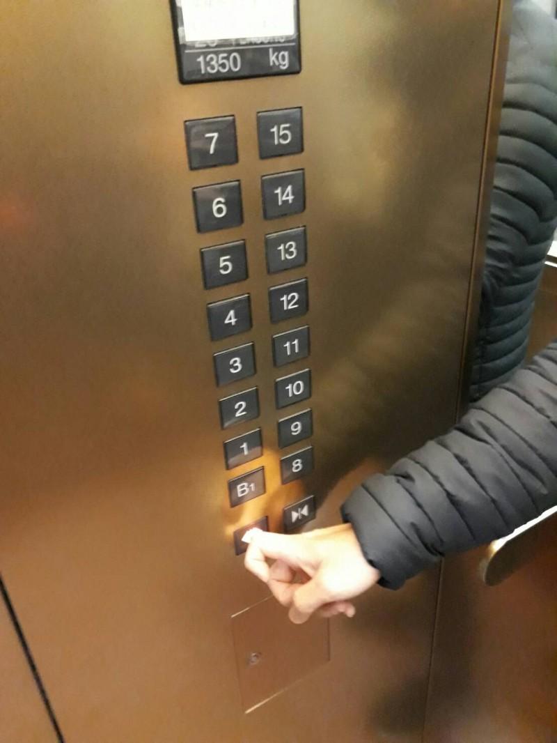 疫情期間,按電梯如何兼顧防疫也有眉角。(資料照)