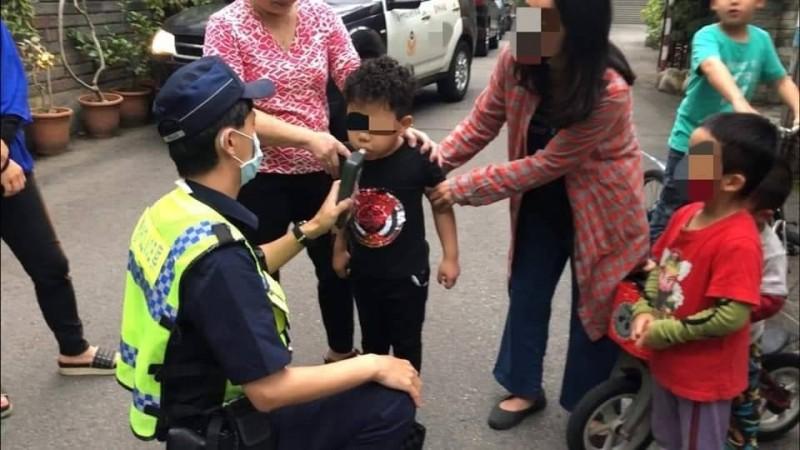 五歲小朋友騎腳踏車撞上特斯拉,警方對小朋友進行酒測。(楊姓車主提供)