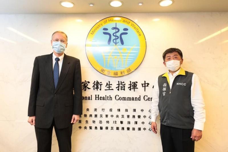AIT處長酈英傑(圖左)日前拜訪台灣中央流行疫情指揮中心,並與指揮官陳時中(圖右)合照。(圖擷取自AIT臉書)