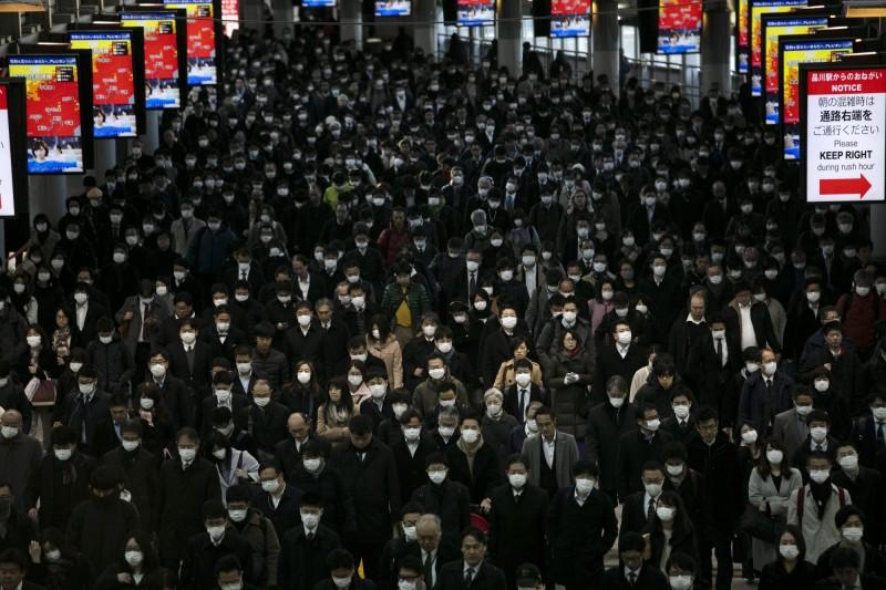 日本神戶大學教授岩田健太郎向日本政府喊話,直指現在的防疫措施是走在錯誤的道路上,必須要勇於改變。圖為東京地鐵密密麻麻的通勤族。(美聯社)