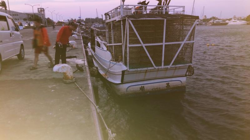 二十四歲林姓女子於四日傍晚與男友爭吵後跳下安平漁港碼頭海域。(記者王俊忠翻攝)