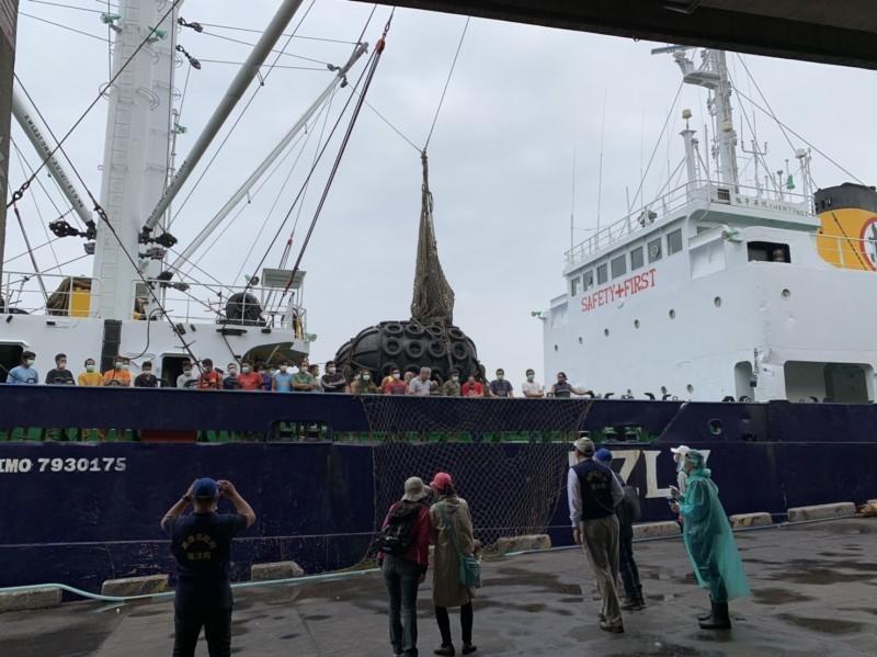 外籍漁工被召集在甲板上點名。(記者洪臣宏翻攝)