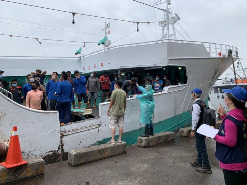 防疫人員對外籍漁工進行點名及量體溫。(記者洪臣宏翻攝)