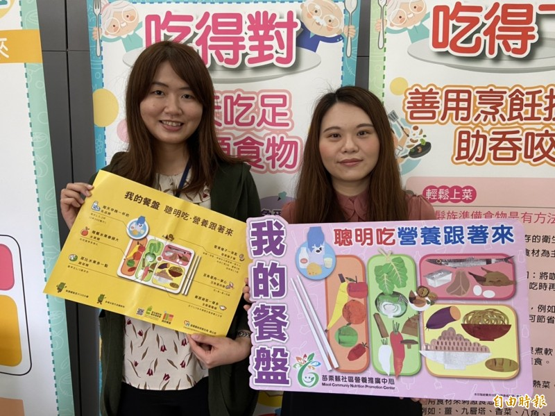 苗栗縣衛生局營養師白千慧(右)與黃莉君(左),兩人要掌控全縣111個社區據點的共餐飲食,人力十分吃緊。(記者鄭名翔攝)