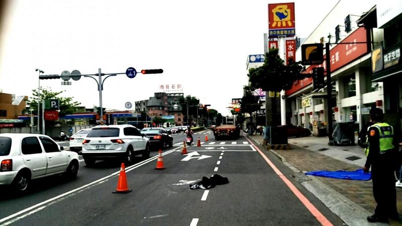 曾姓女歌手於四月二日中午在南市安平區中華西路二段馬路不幸遭聯結車輾壓身亡。(記者王俊忠翻攝)