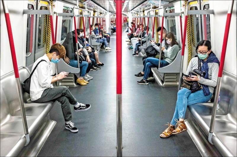 中國廣東省深圳市第三人民醫院一項研究發現,武漢肺炎患者經過兩週觀察期再複檢卻發現又感染之「復陽」者多達14.5%,且普遍是年輕人。圖為港鐵列車上,民眾相隔而坐,保持距離。(法新社)