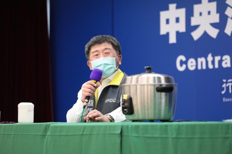 針對口罩使用電鍋乾蒸延長使用壽命進行實驗,結果發現無論細菌過濾效率或微粒過濾效率都跟原本口罩效果相近。(指揮中心提供)