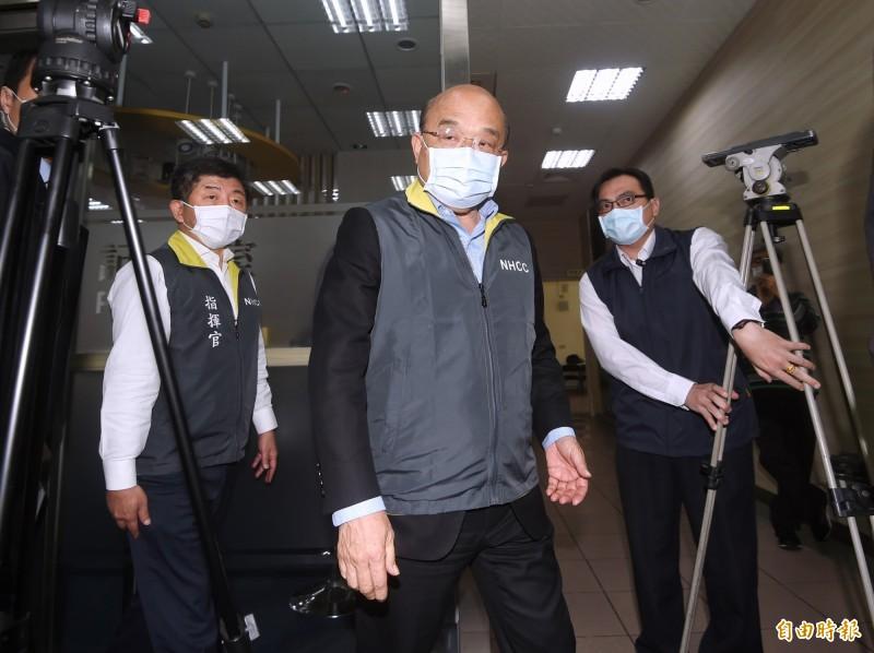 行政院長蘇貞昌5日視察「中央流行疫情指揮中心」,會前接受媒體採訪。(記者方賓照攝)