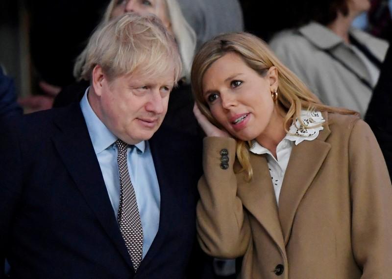 英國首相強森和女友席孟茲已經訂婚且將迎接新生命,不過昨日席孟茲表示自己有出現感染新型冠狀病毒(武漢肺炎)類似症狀,因此在過去一週臥床休息,但她稱自己不需要檢測。(路透)