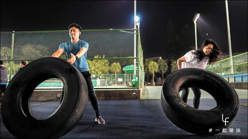 翻輪胎訓練的是深層硬舉,做好翻輪胎訓練,生活中在搬重物時也更不易受傷。(台北健身院提供)