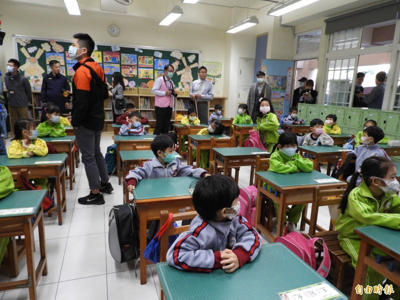 學校教室受限空間,難以保持社交距離,新北市長侯友宜表示,已要求學童上課全程戴口罩。(記者賴筱桐攝)