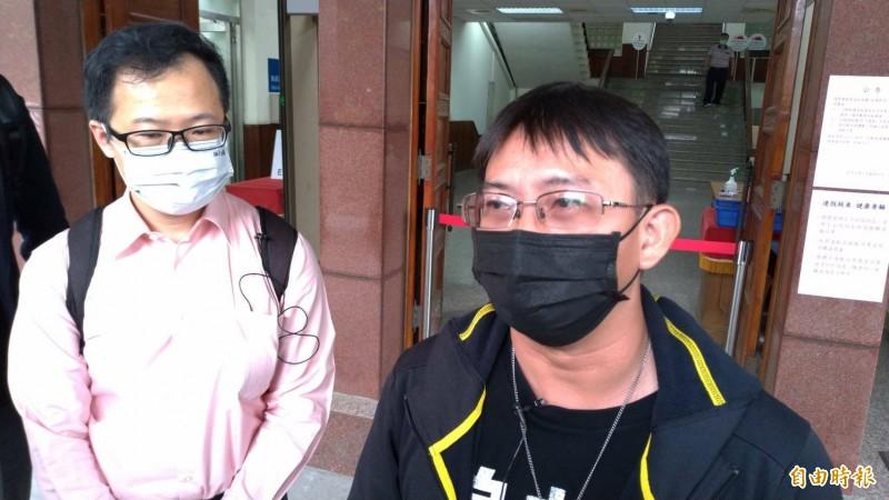 謝志宏(右)指2份認罪的警詢筆錄是遭警方刑求屈服後所做。(記者王俊忠攝)