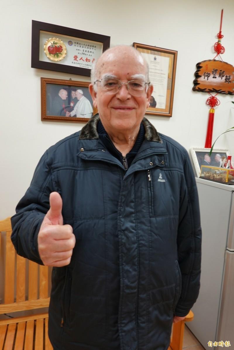 呂若瑟對台灣人感恩圖報的善舉,豎起拇指說讚。(記者江志雄攝)