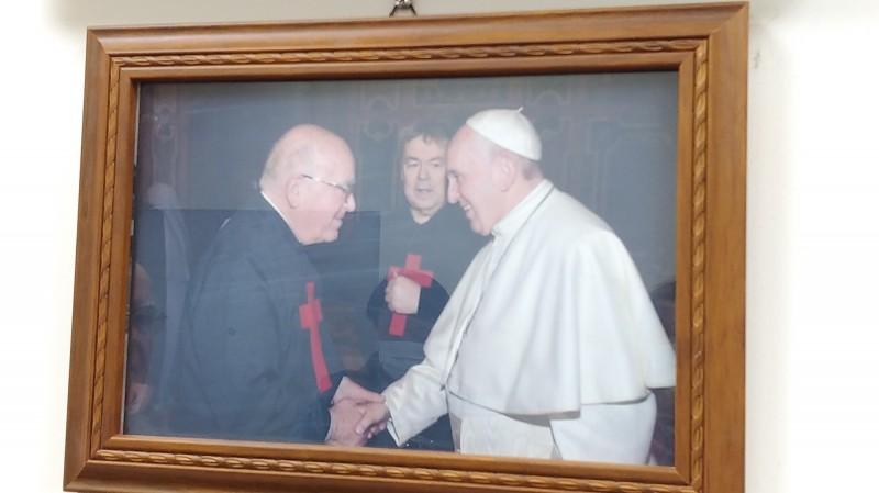 呂若瑟(左)去年3月獲教宗方濟各(右)接見。(記者江志雄翻攝)