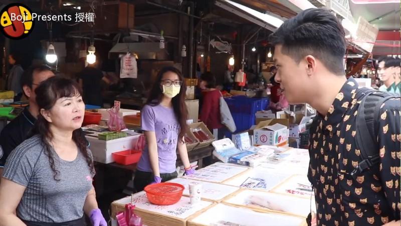 濱江市場的阿姨們,面對五名Youtuber小鮮肉狂撩,各個心花怒放,反應超爆笑。(boji presents授權)