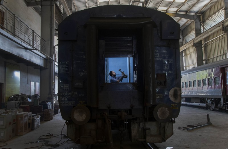 印度鐵路公司167年以來首次暫停全國載客火車,並將2萬多個舊車廂改造成隔離病房。(美聯社)